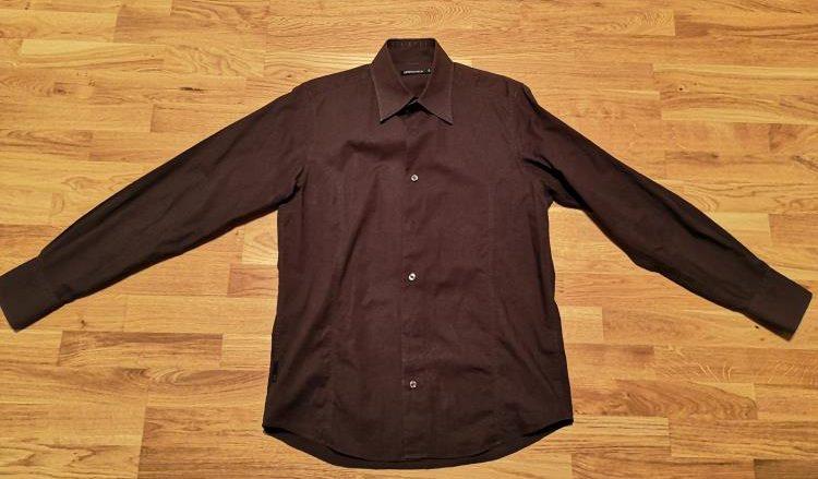 braunes Hemd des Anstoßes